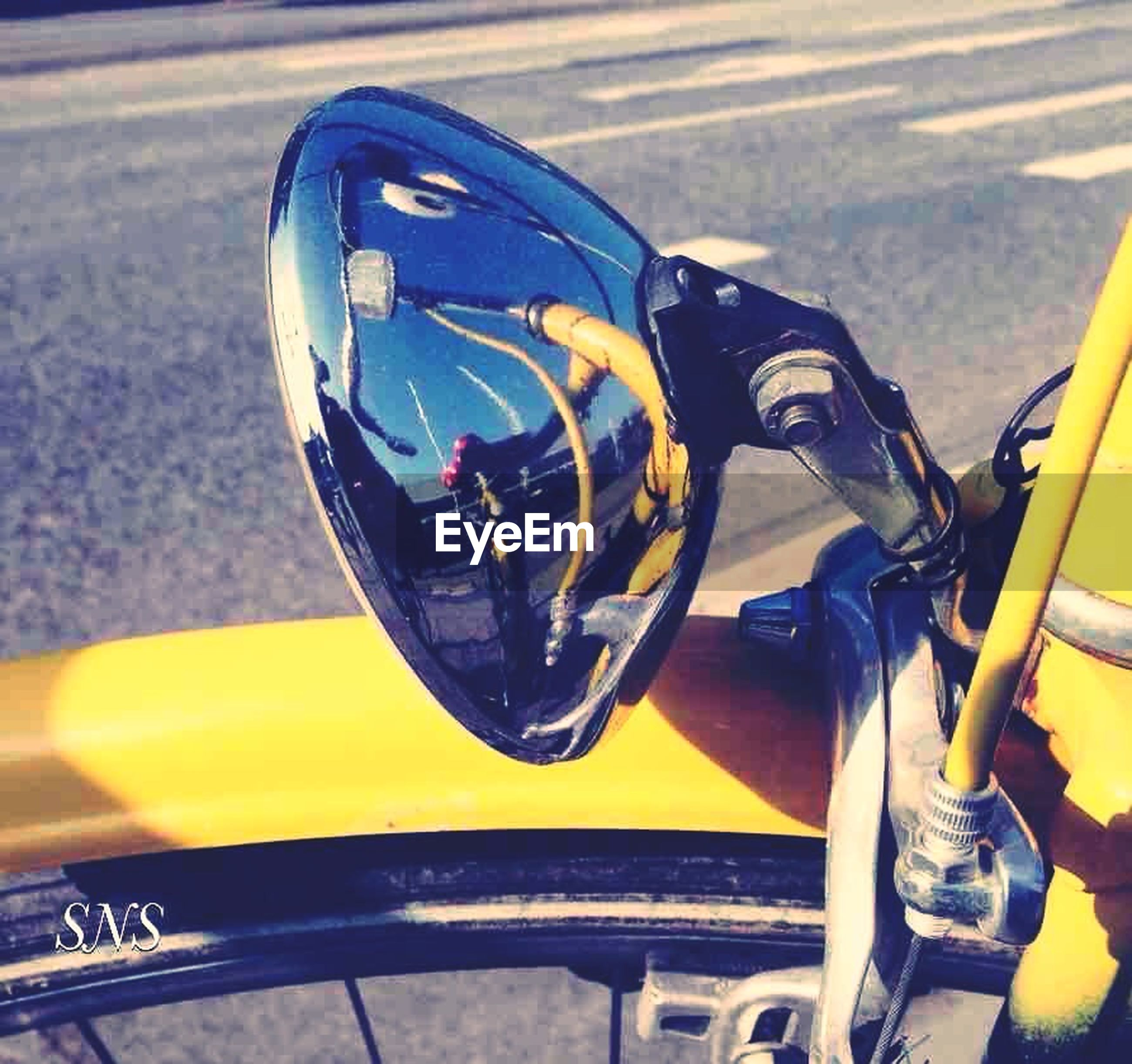 mode of transportation, transportation, land vehicle, reflection, motorcycle, road, day, side-view mirror, close-up, bicycle, street, outdoors, city, car, focus on foreground, handlebar, no people, motor vehicle, stationary, sunlight