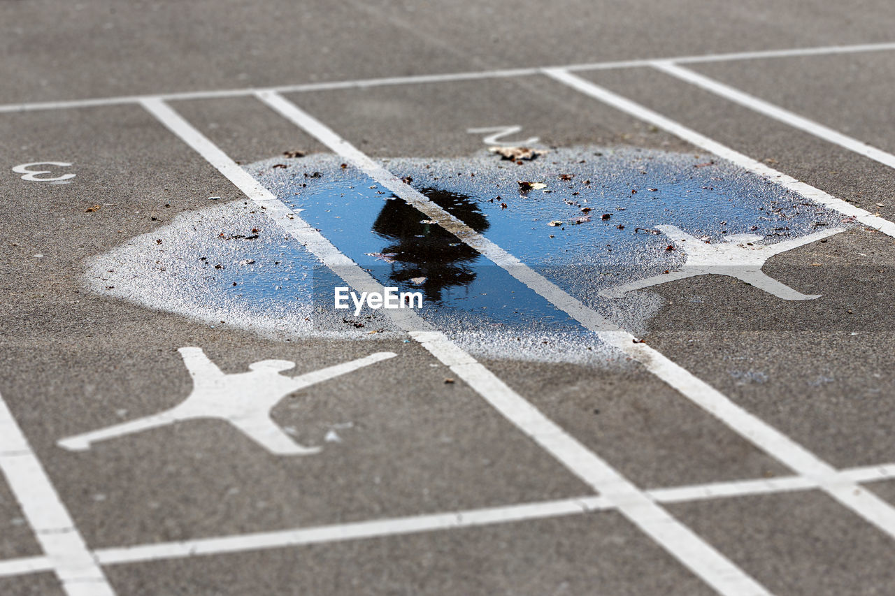 paint, high angle view, no people, dividing line, asphalt, outdoors, day, sport, shadow, running track, close-up