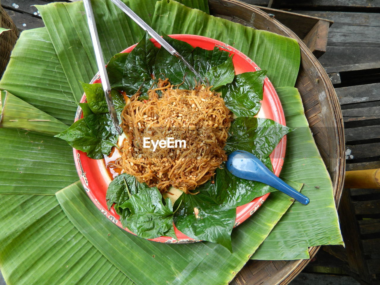 leaf, food and drink, plant part, food, freshness, green color, banana leaf, leaves, ready-to-eat, no people, healthy eating, close-up, table, kitchen utensil, high angle view, eating utensil, indoors, directly above, still life, wellbeing, snack