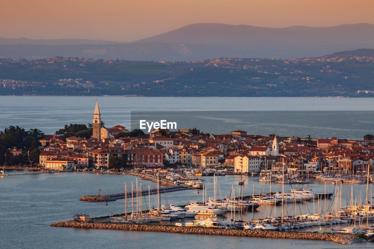 HIGH ANGLE VIEW OF CITY AT SEA