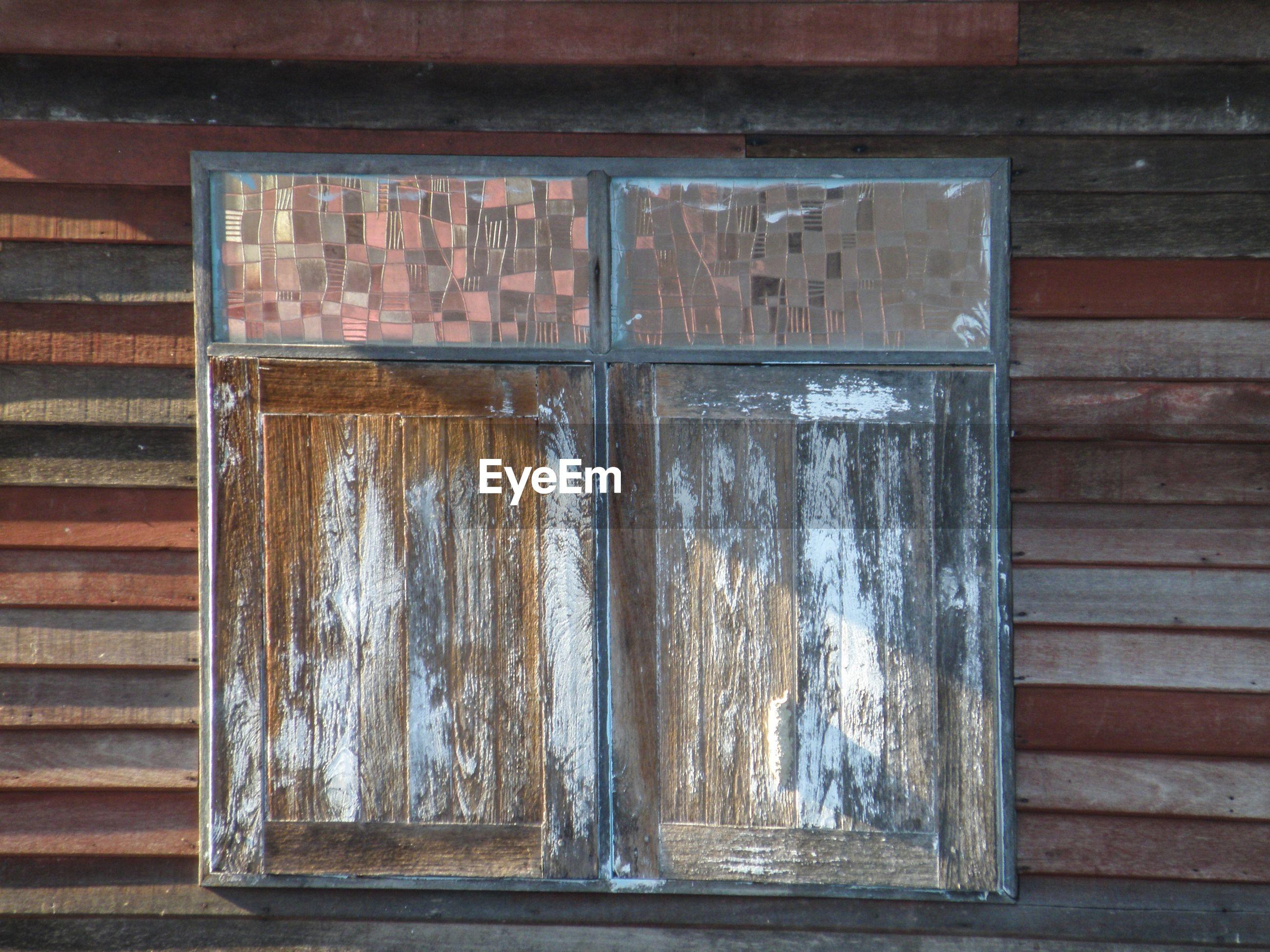 FULL FRAME SHOT OF OLD WINDOW