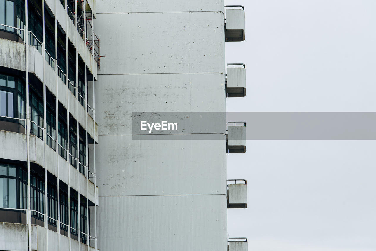 LOW ANGLE VIEW OF BUILDING AGAINST SKY IN CITY