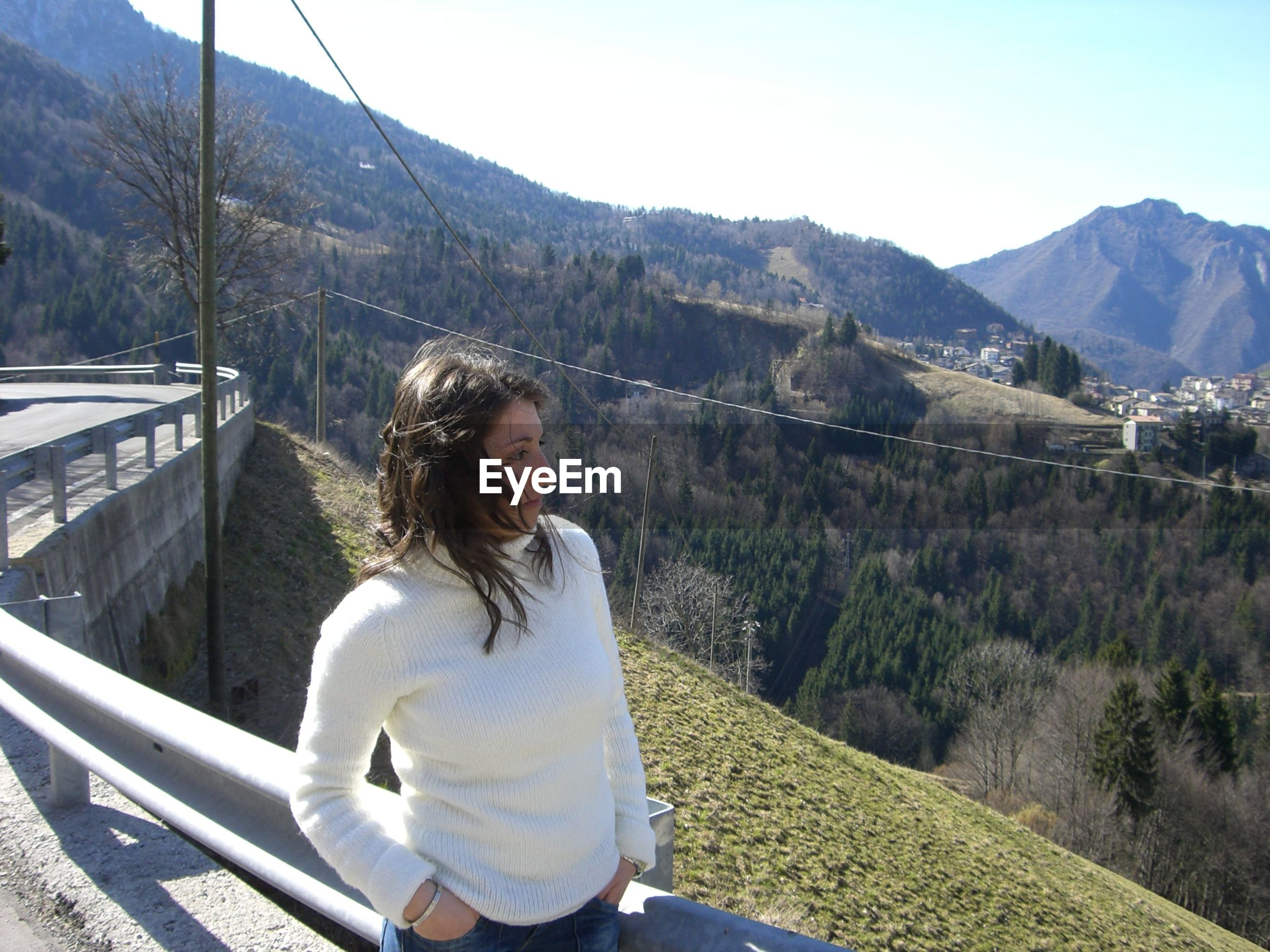 BEAUTIFUL YOUNG WOMAN LOOKING AT MOUNTAINS