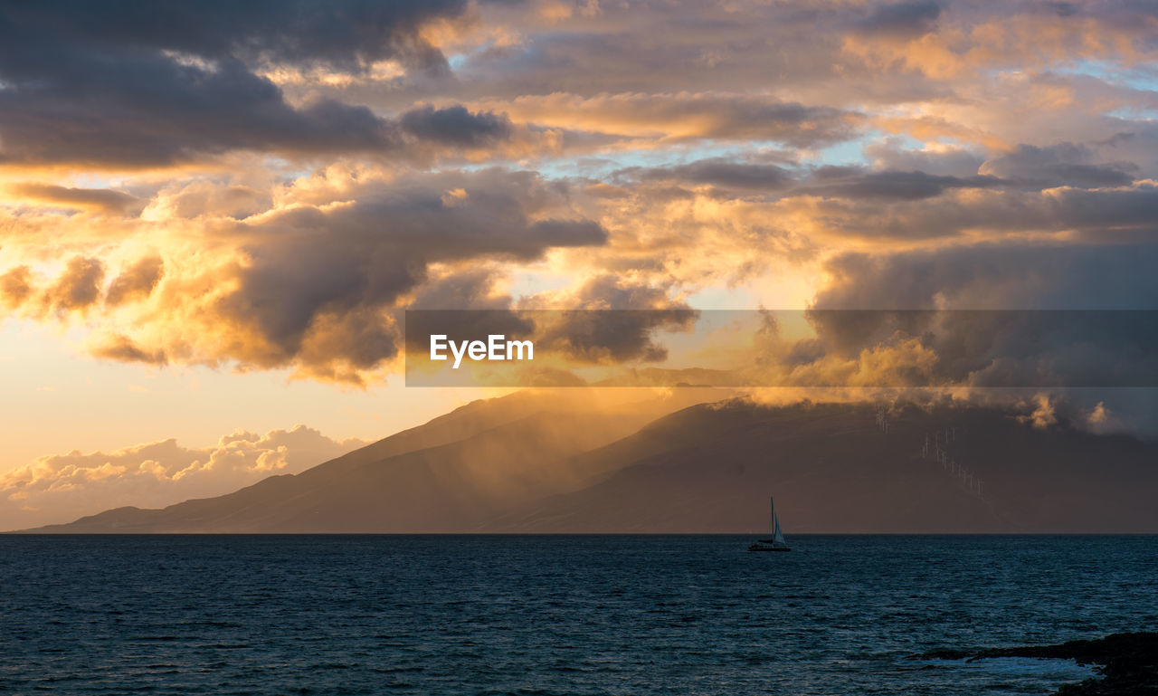 IDYLLIC SHOT OF SEA AGAINST SUNSET SKY