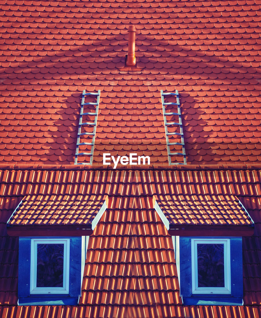 LOW ANGLE VIEW OF HOUSE ROOF AGAINST BUILDING