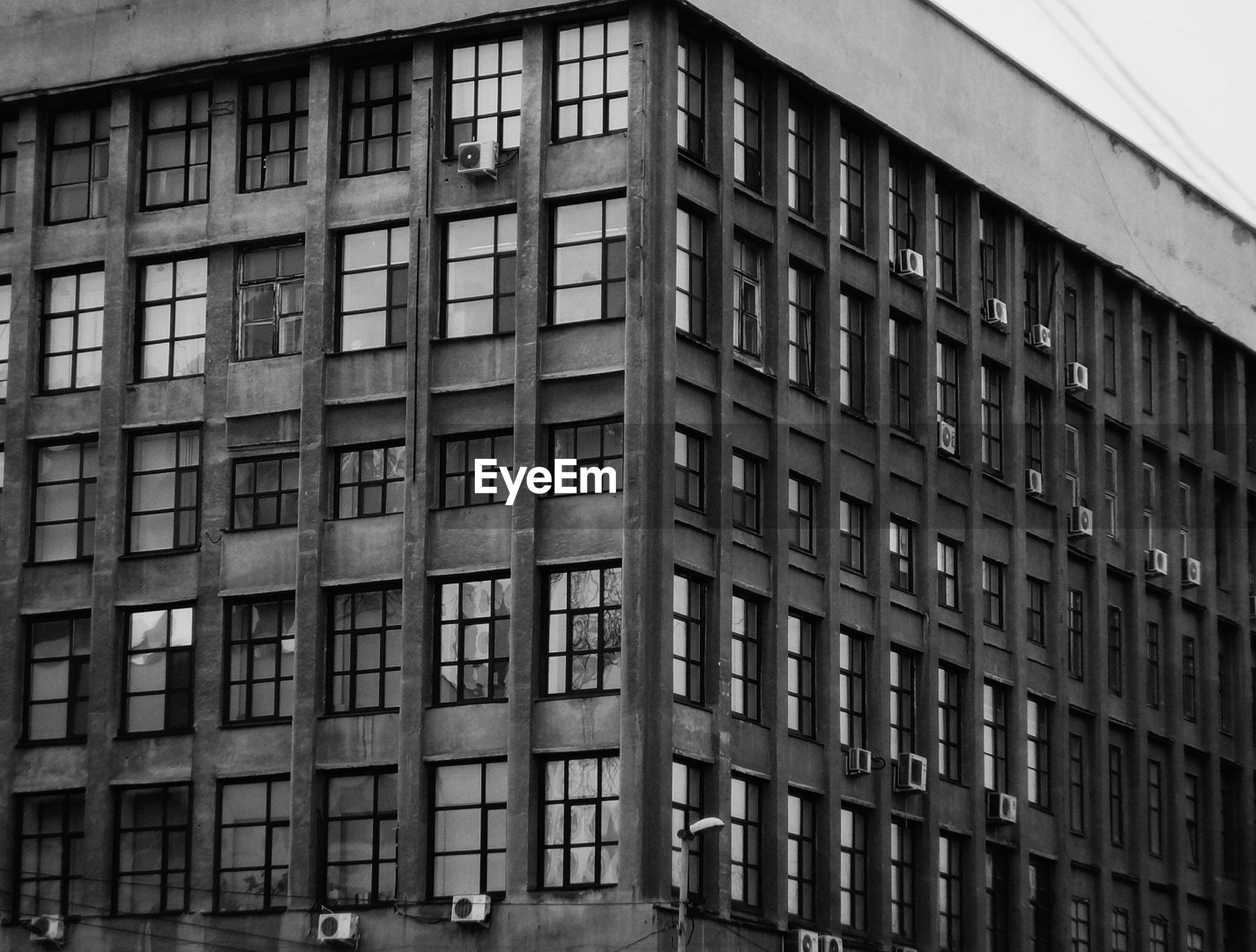 FULL FRAME SHOT OF BUILDING IN CITY