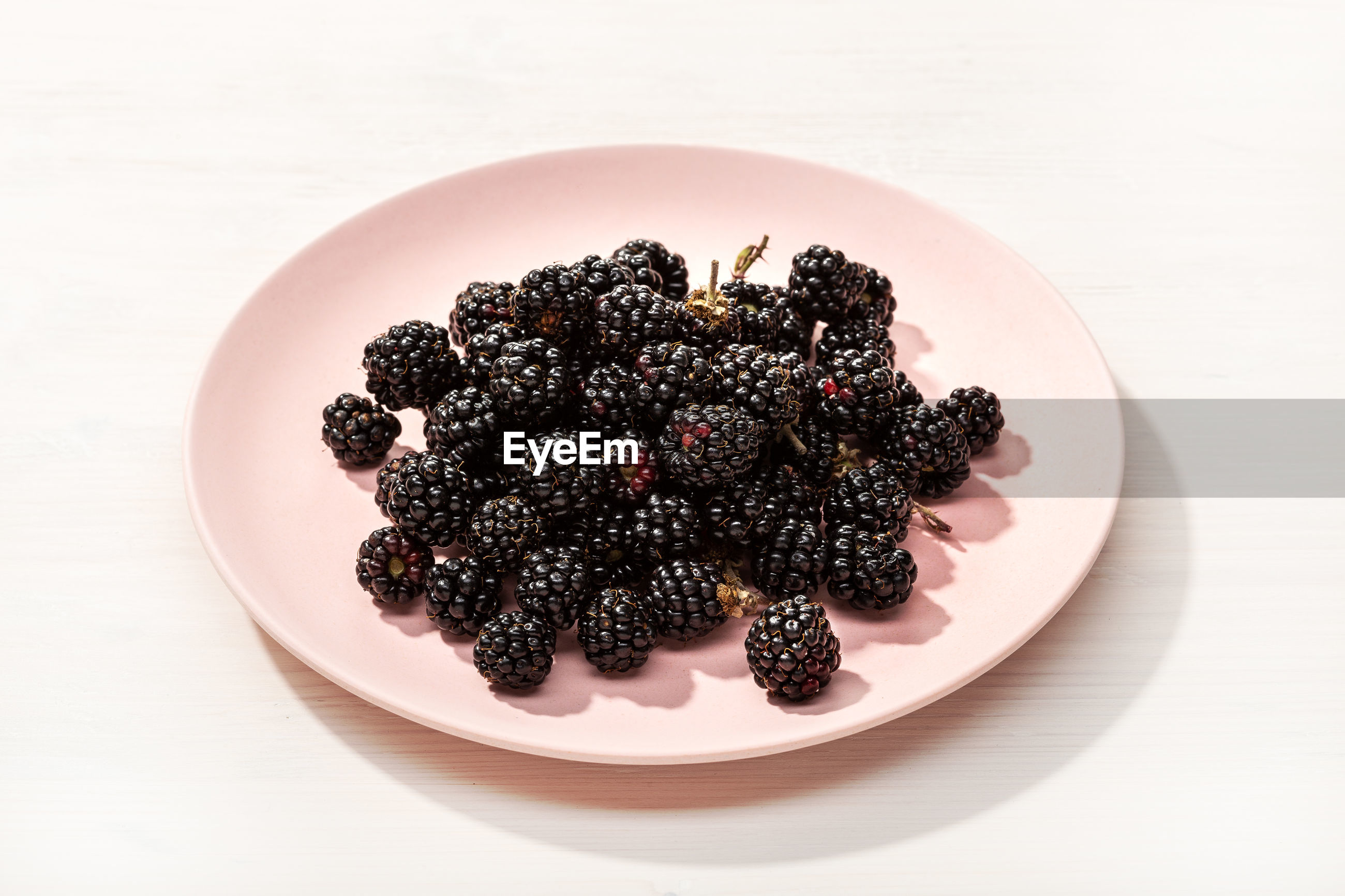 HIGH ANGLE VIEW OF BERRIES IN BOWL