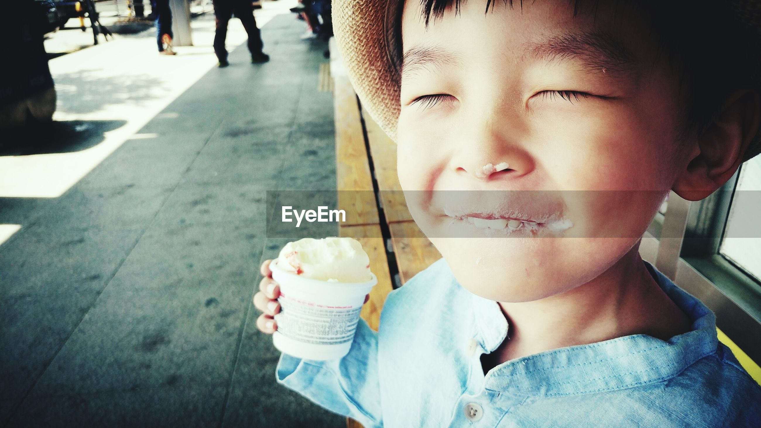 sweet food, ice cream, food and drink, frozen food, one person, real people, dessert, unhealthy eating, childhood, food, indulgence, boys, day, frozen sweet food, temptation, ice cream cone, outdoors, lifestyles, close-up, freshness, ready-to-eat, people