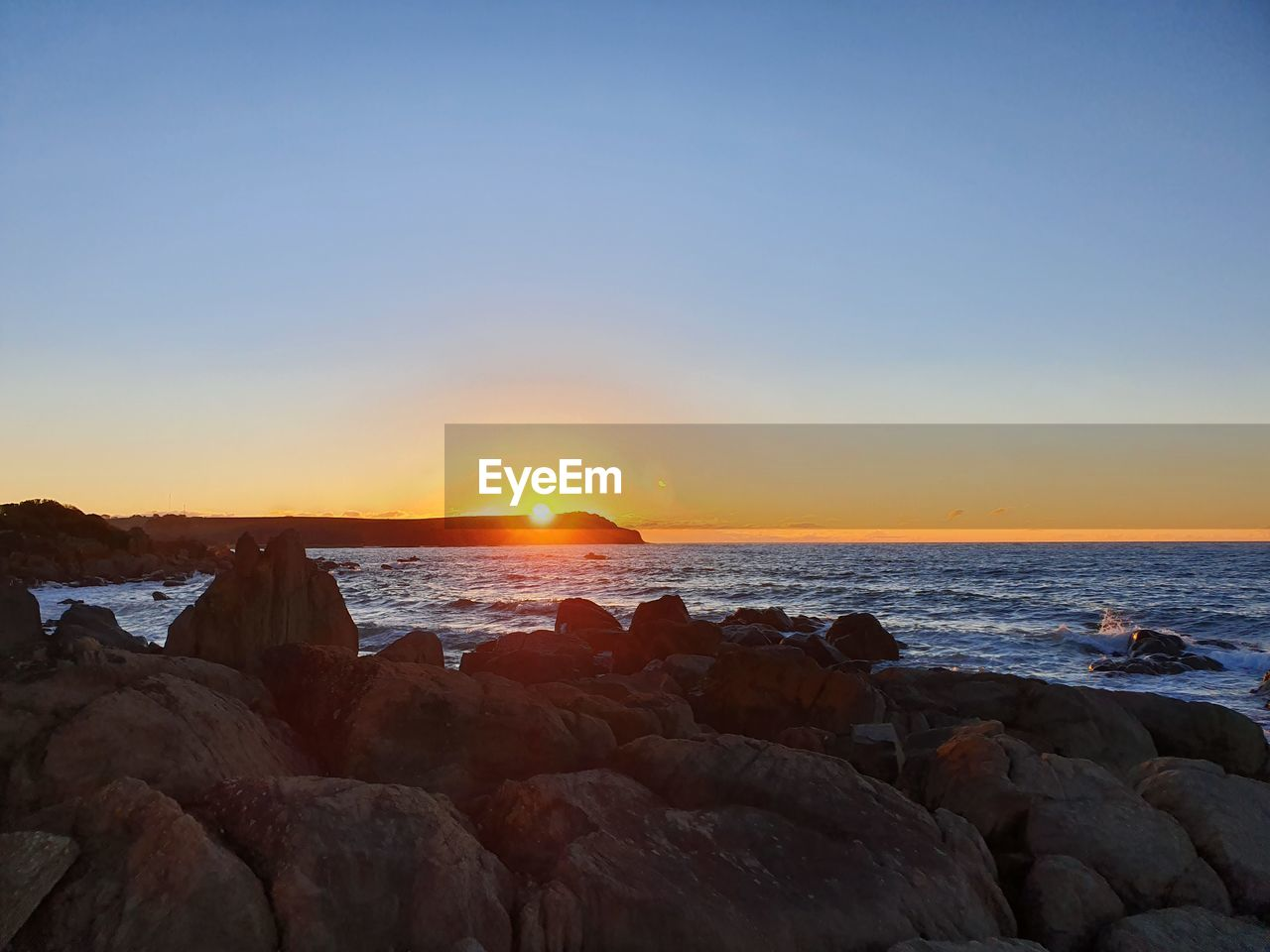sky, sea, water, sunset, scenics - nature, rock, beauty in nature, solid, rock - object, horizon over water, horizon, sun, tranquility, land, beach, tranquil scene, nature, copy space, idyllic, no people, outdoors