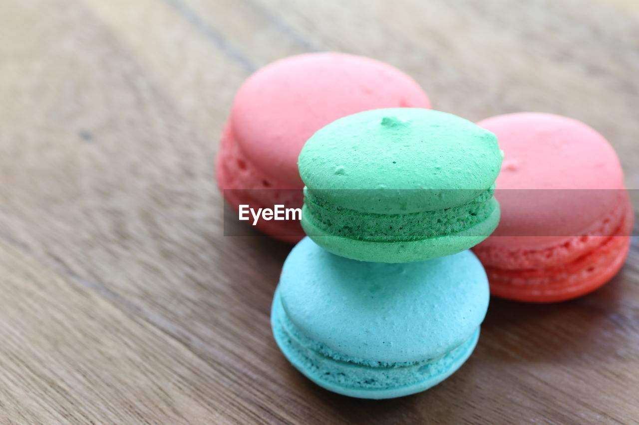 table, sweet food, multi colored, still life, unhealthy eating, macaroon, food, sweet, wood - material, food and drink, indulgence, close-up, indoors, dessert, temptation, no people, ready-to-eat, pink color, focus on foreground, variation