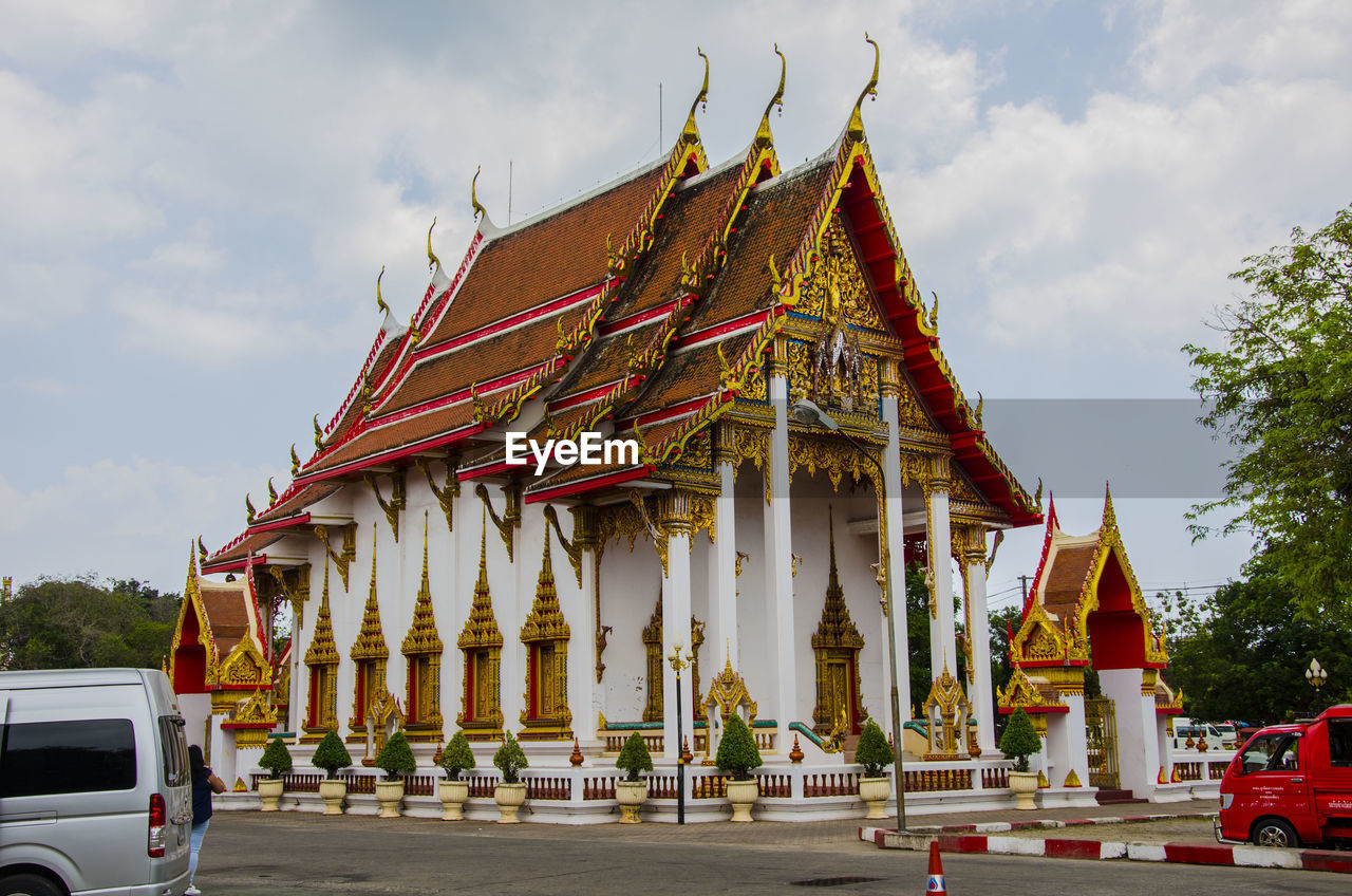 PANORAMIC VIEW OF TEMPLE AGAINST BUILDING
