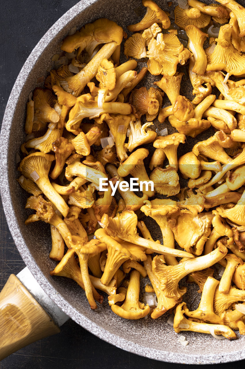 HIGH ANGLE VIEW OF MUSHROOMS IN BOWLS