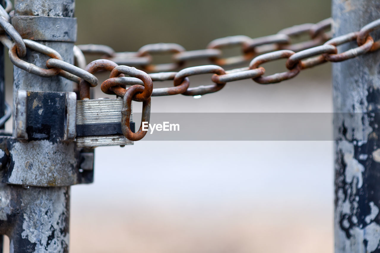 metal, focus on foreground, no people, close-up, day, chain, strength, rusty, safety, security, connection, outdoors, protection, fence, barrier, boundary, selective focus, nature, hanging, weathered, silver colored