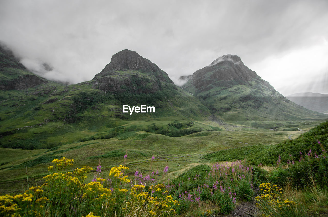 Two big mountains in the scottish highlands