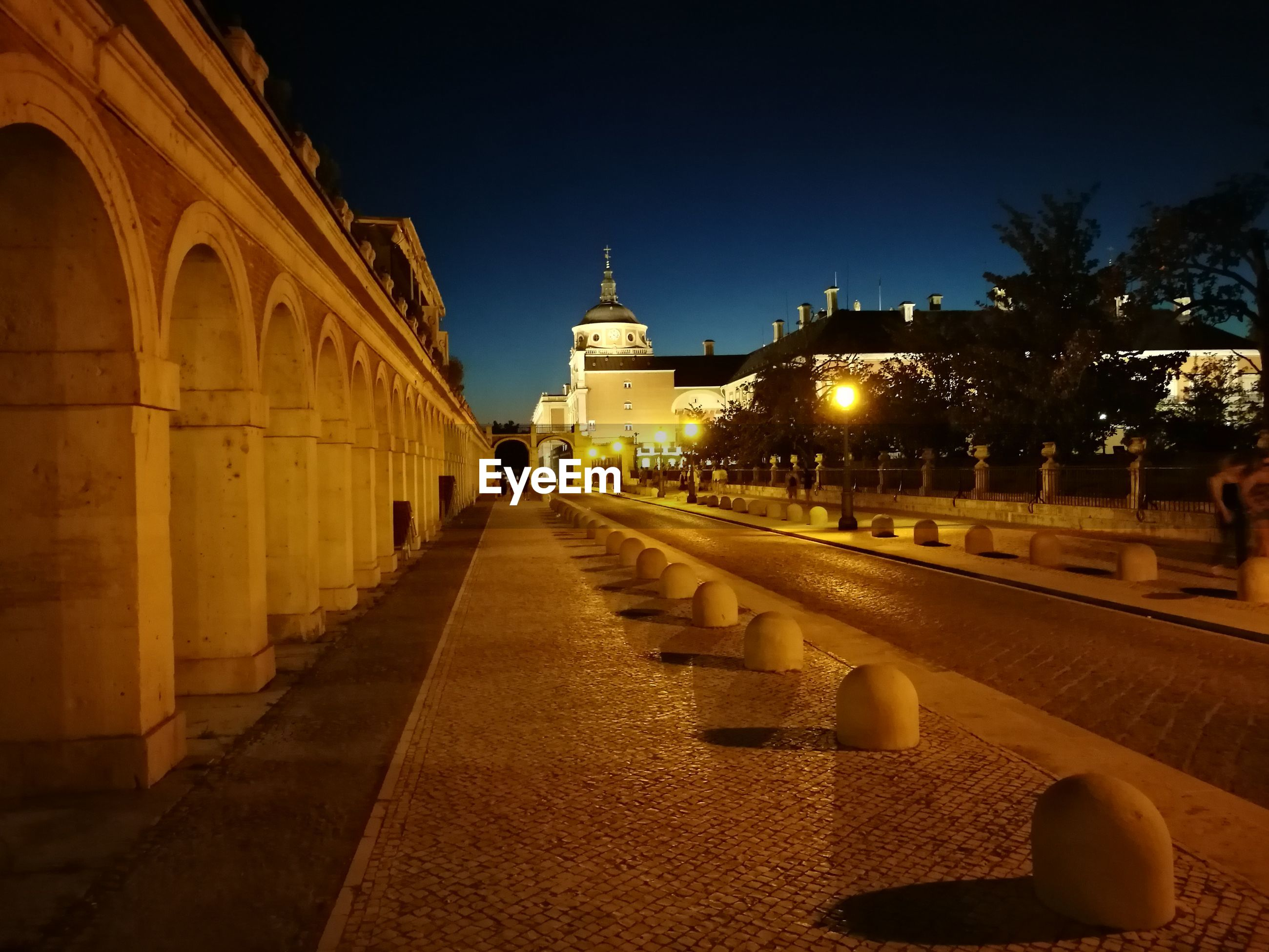 Footpath leading towards royal palace of aranjuez at night