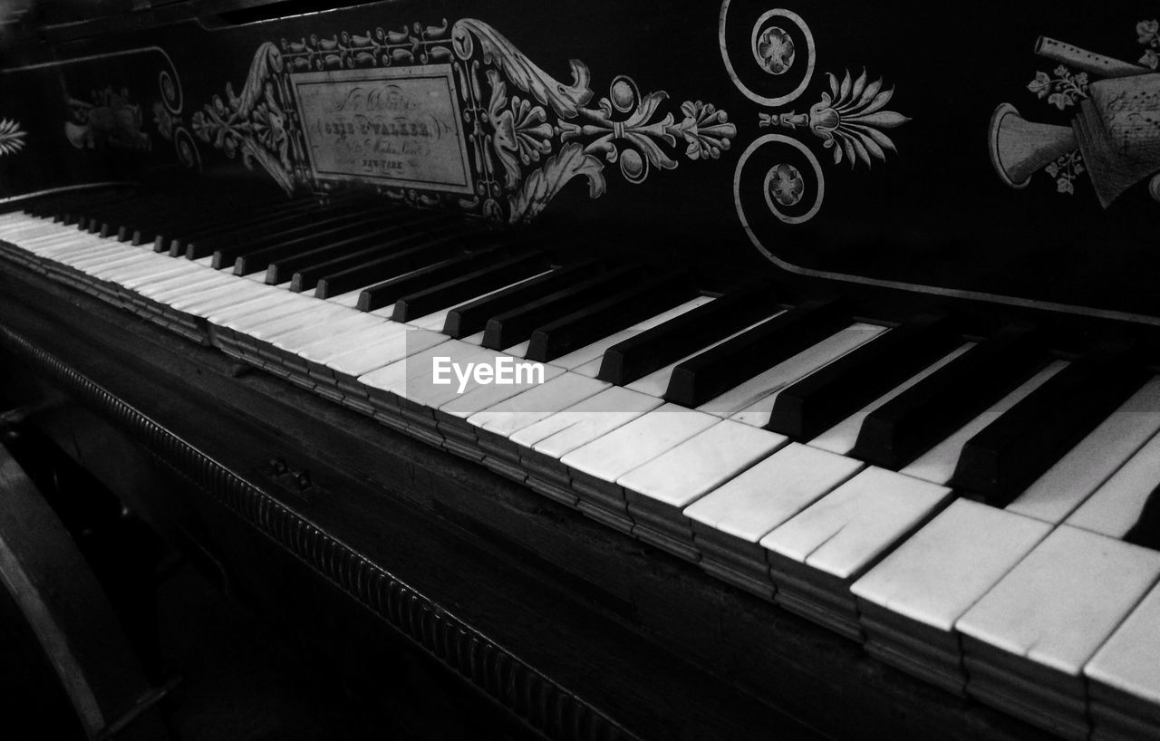 musical equipment, musical instrument, music, piano, piano key, arts culture and entertainment, no people, keyboard, indoors, keyboard instrument, close-up, pattern, creativity, art and craft, white color, high angle view, old, grand piano, architecture