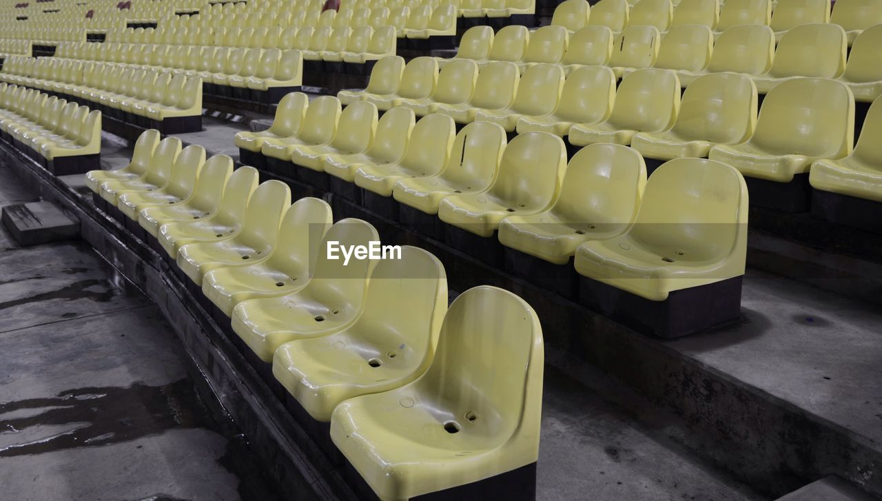 HIGH ANGLE VIEW OF EMPTY SEATS IN SHOPPING CART