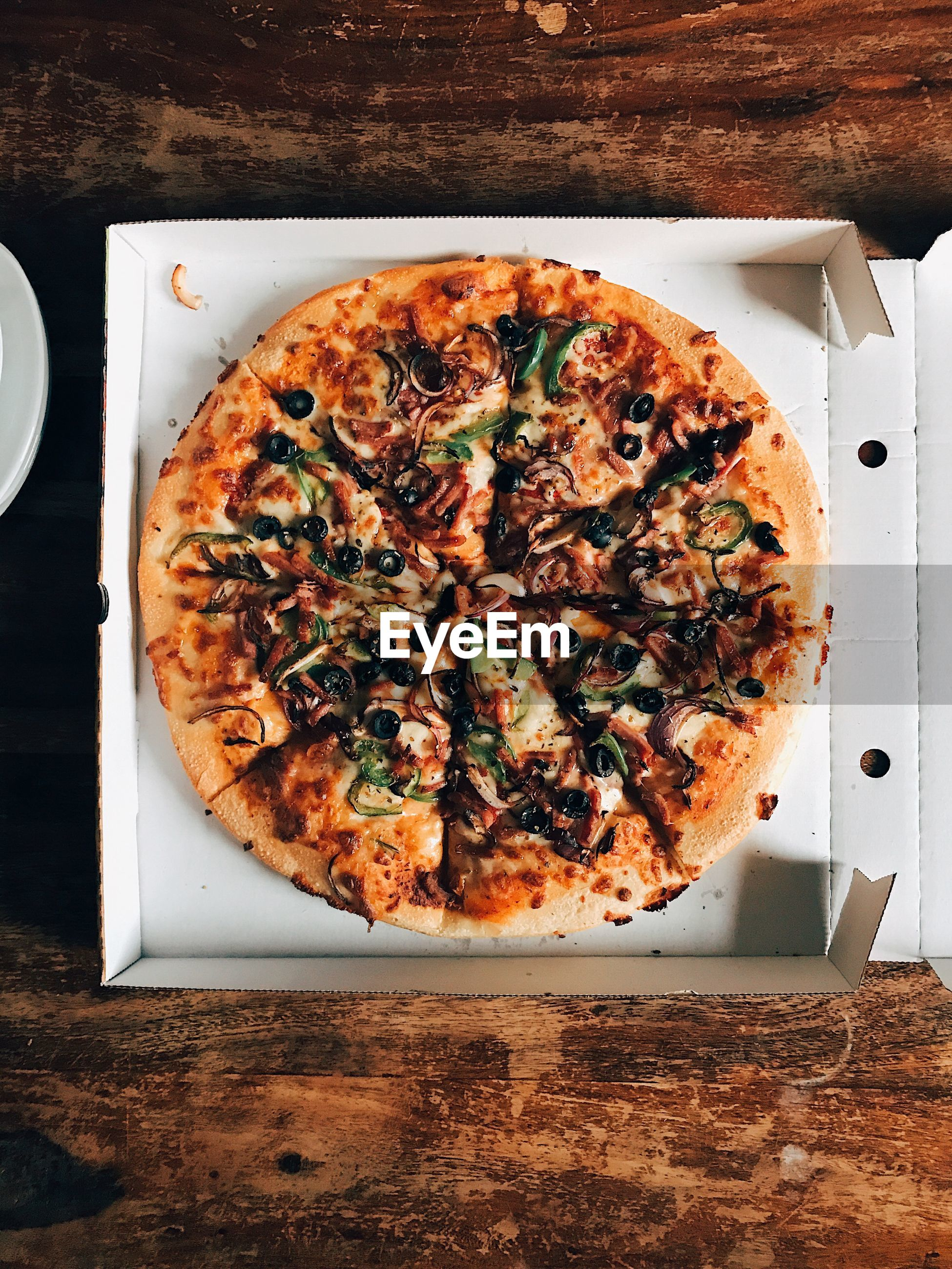 HIGH ANGLE VIEW OF PIZZA ON PLATE