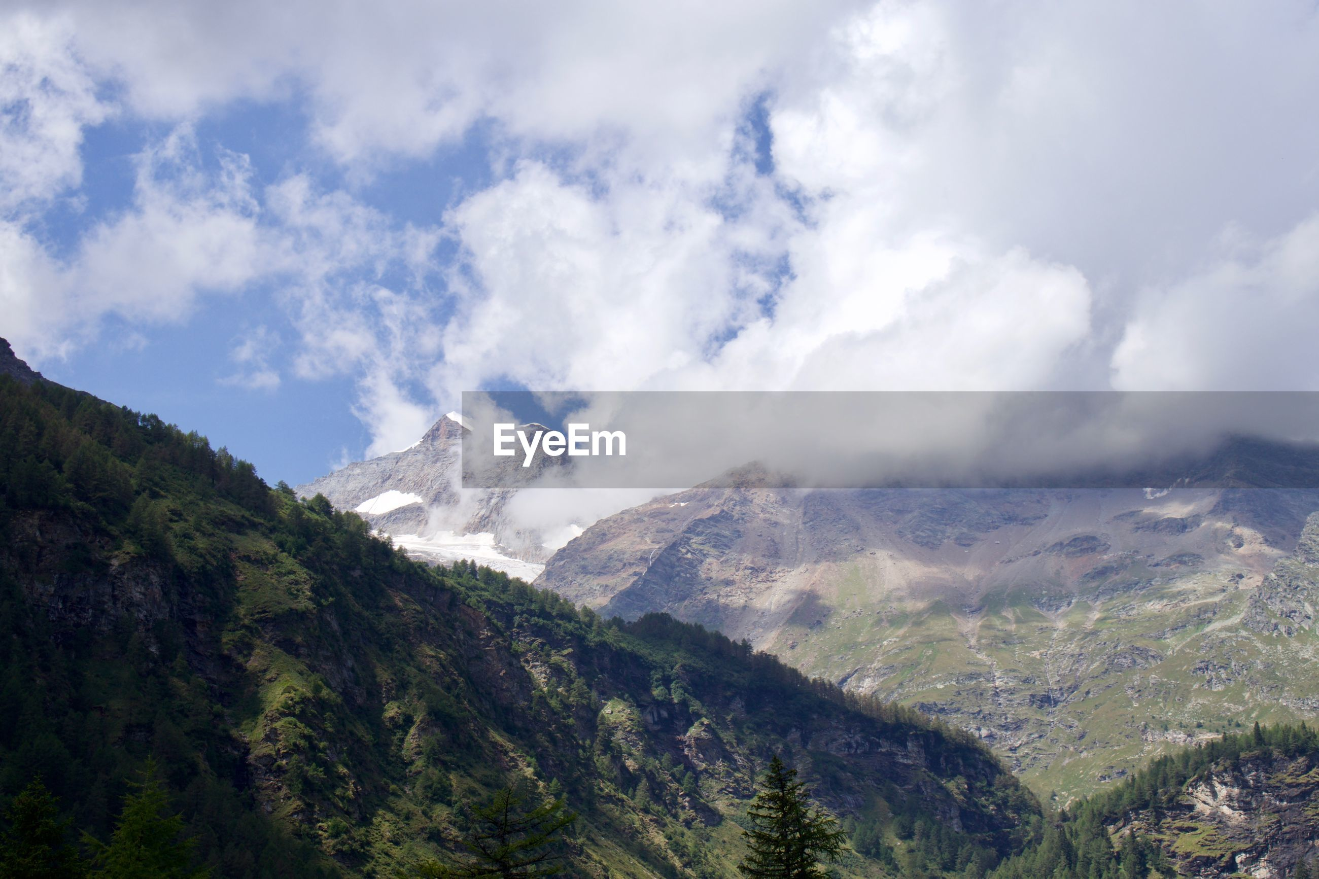 SCENIC VIEW OF MAJESTIC MOUNTAINS