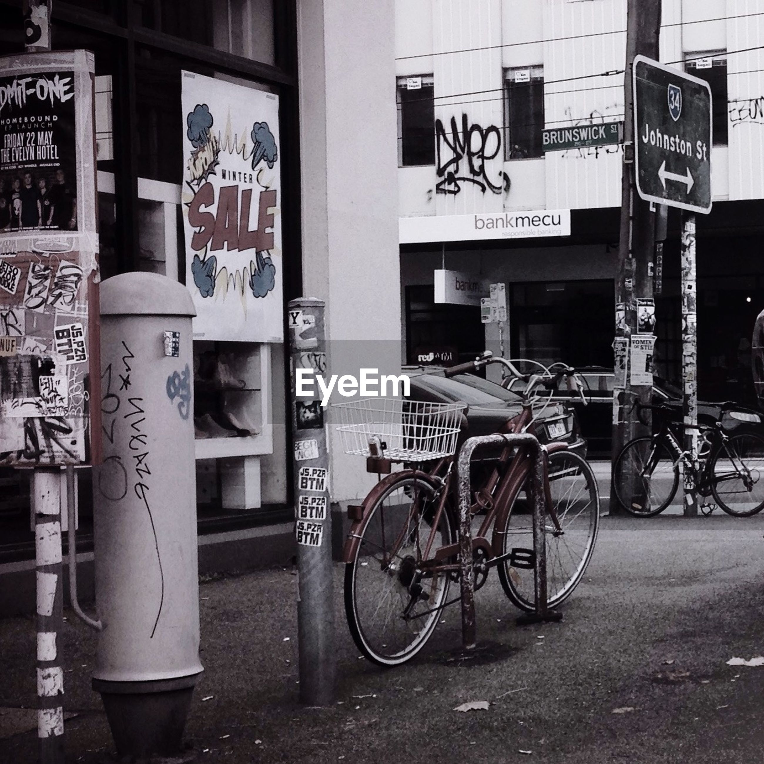 bicycle, transportation, mode of transport, land vehicle, architecture, building exterior, stationary, parked, parking, built structure, text, street, city, western script, communication, non-western script, travel, day, city life, sidewalk
