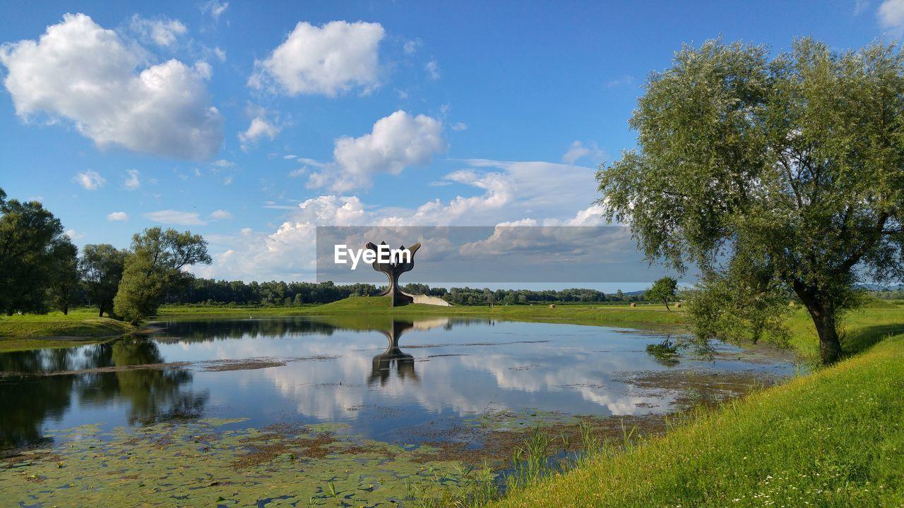 TRANQUIL SCENE OF LAKE