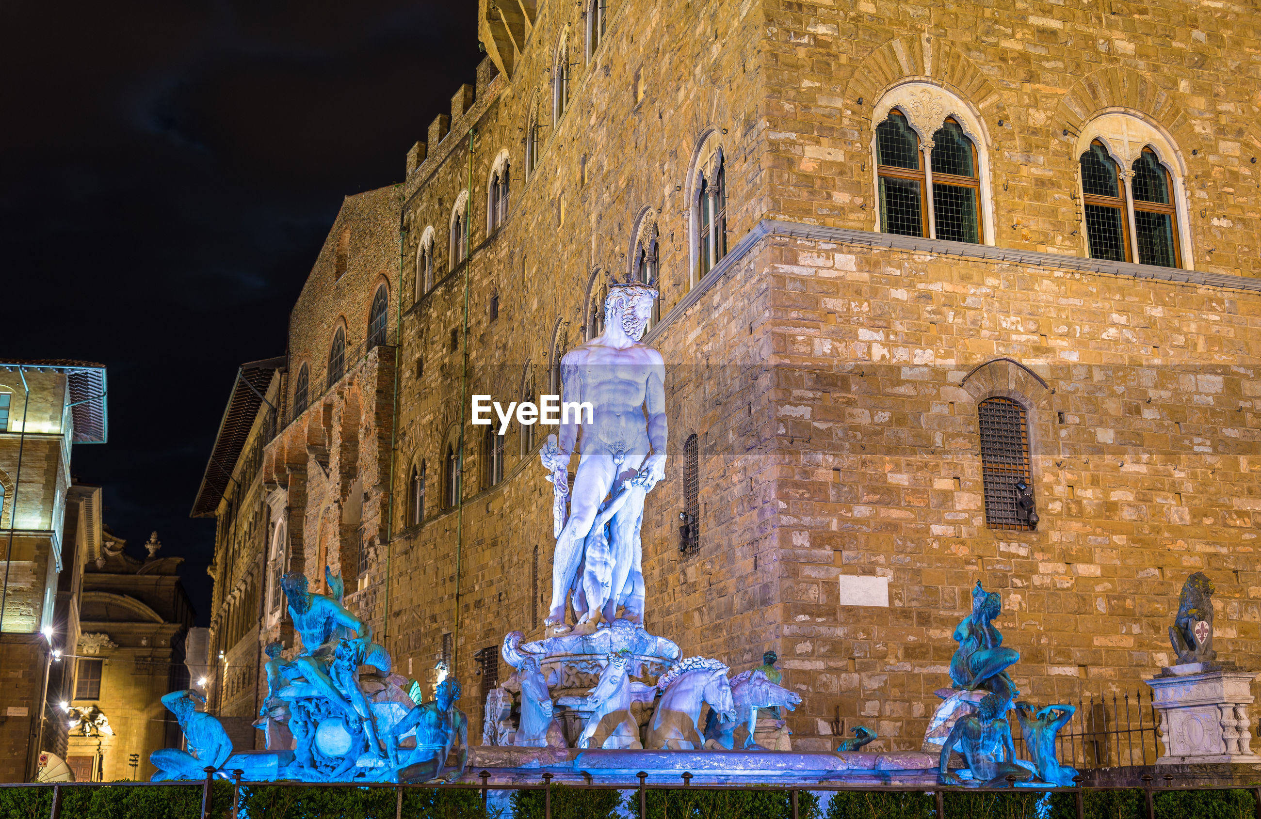 STATUE OF HISTORIC BUILDING AT NIGHT