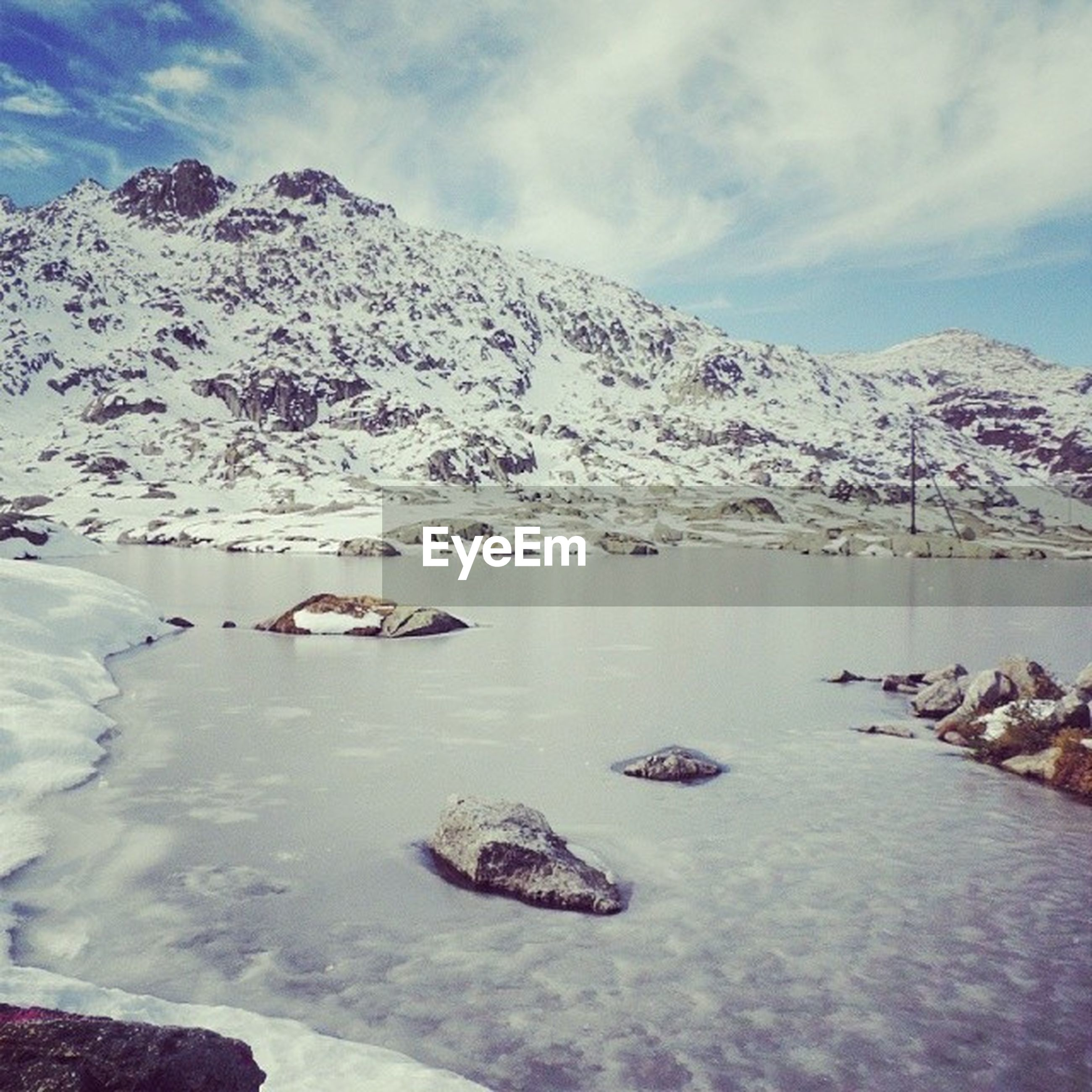 snow, winter, cold temperature, mountain, season, snowcapped mountain, weather, tranquil scene, tranquility, mountain range, scenics, sky, beauty in nature, frozen, water, lake, nature, covering, cloud - sky, white color