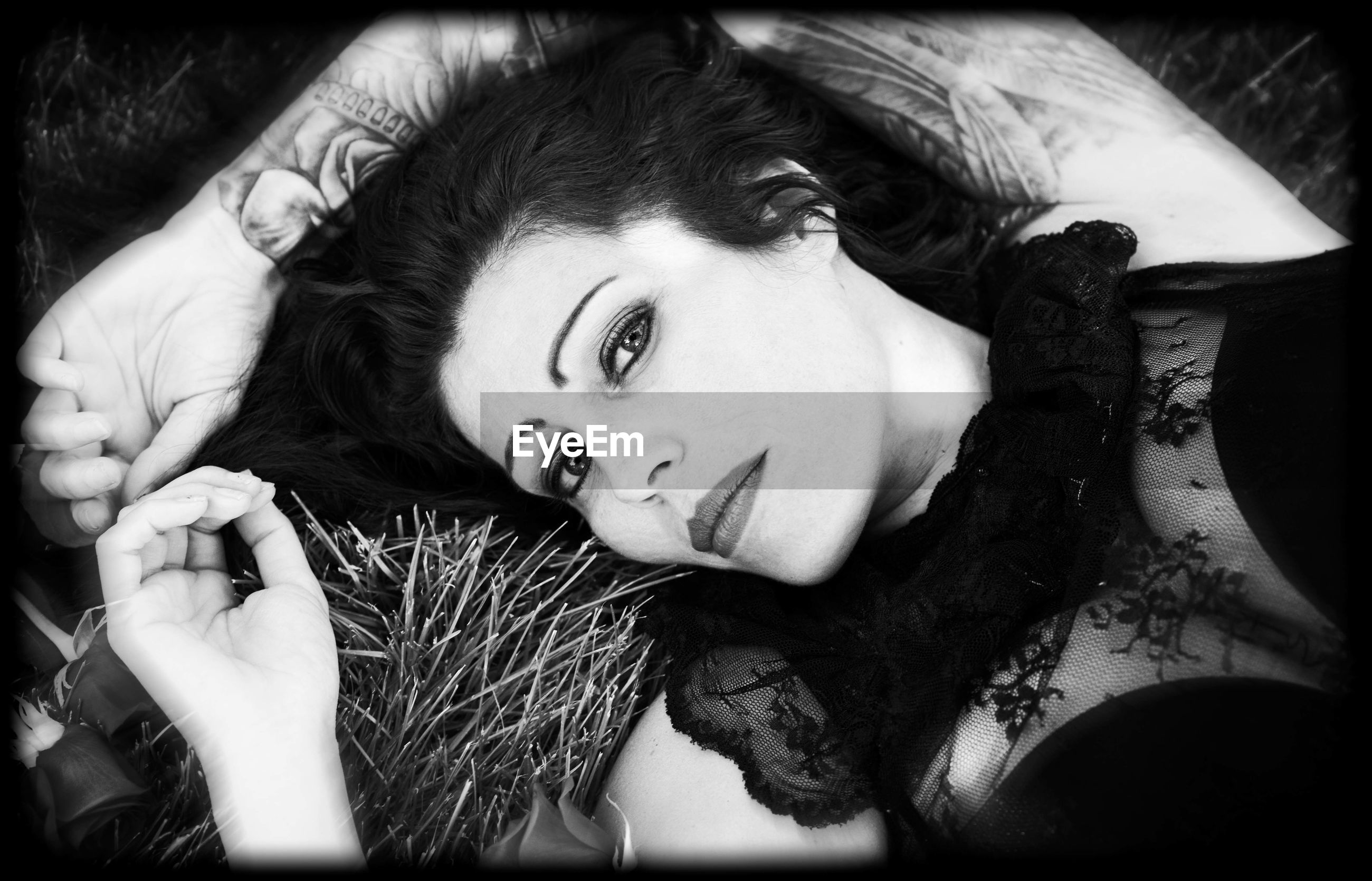 portrait, looking at camera, one person, lying down, beautiful woman, young adult, headshot, beauty, real people, lying on back, young women, hairstyle, front view, women, adult, lifestyles, hair, high angle view, indoors, human hair