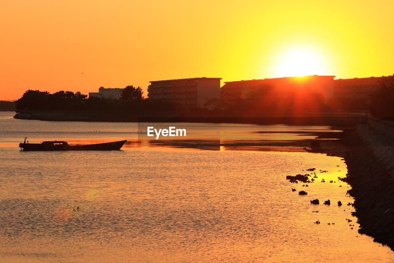 sunset, orange color, sun, nature, beauty in nature, scenics, silhouette, water, outdoors, tranquil scene, sunlight, sky, tranquility, no people, clear sky, day