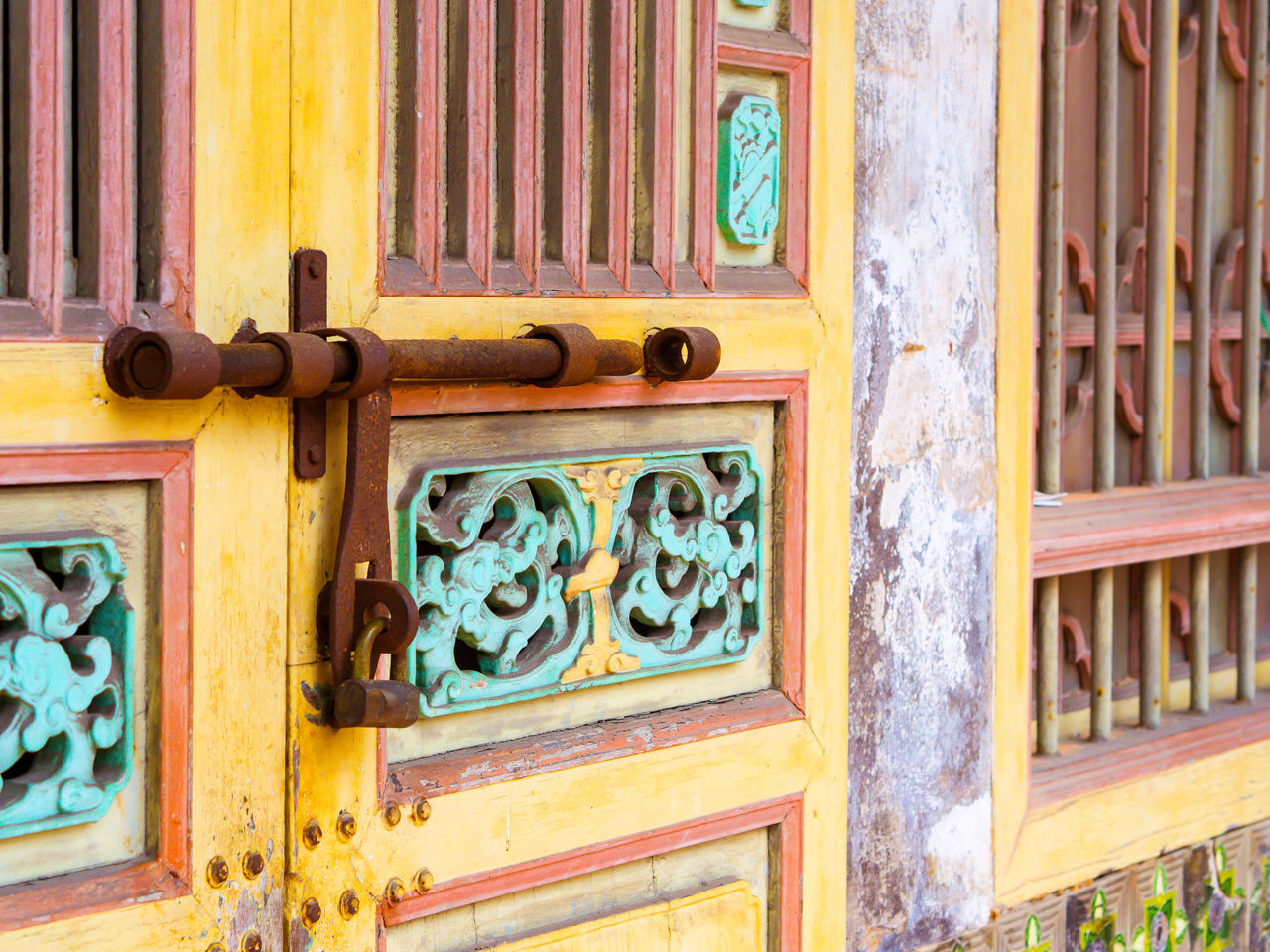 door, wood - material, outdoors, day, no people, close-up, multi colored, backgrounds, building exterior, architecture