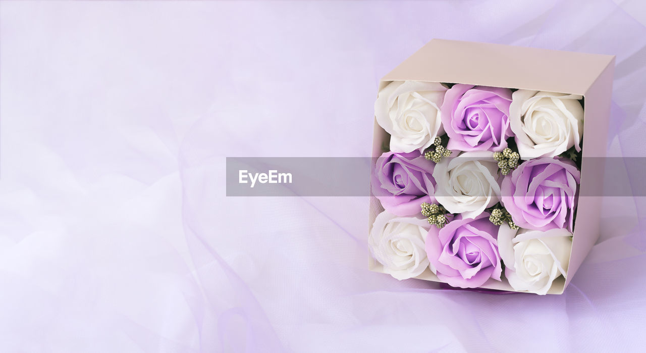 HIGH ANGLE VIEW OF ROSE BOUQUET ON PINK WHITE ROSES