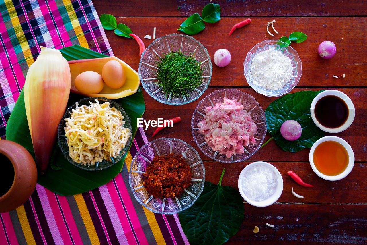 HIGH ANGLE VIEW OF VARIOUS VEGETABLES IN BOWL ON TABLE