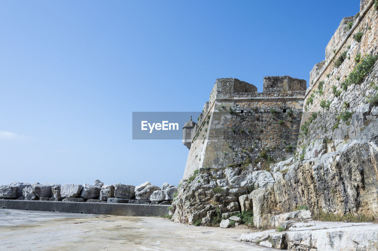 sky, architecture, built structure, clear sky, nature, history, copy space, the past, building exterior, blue, day, no people, ancient, wall, fort, sunlight, solid, travel destinations, building, land, outdoors, ancient civilization, stone wall