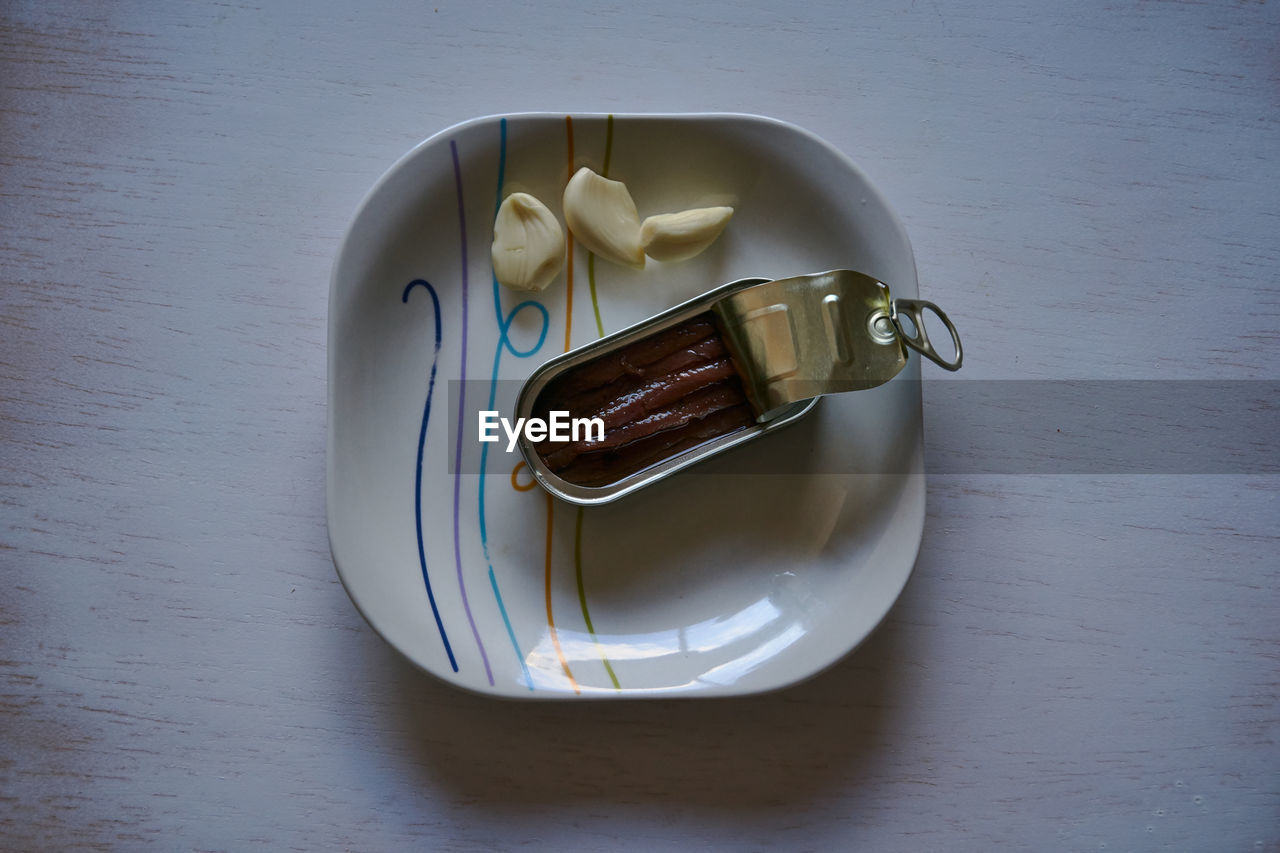 HIGH ANGLE VIEW OF DRINK IN PLATE