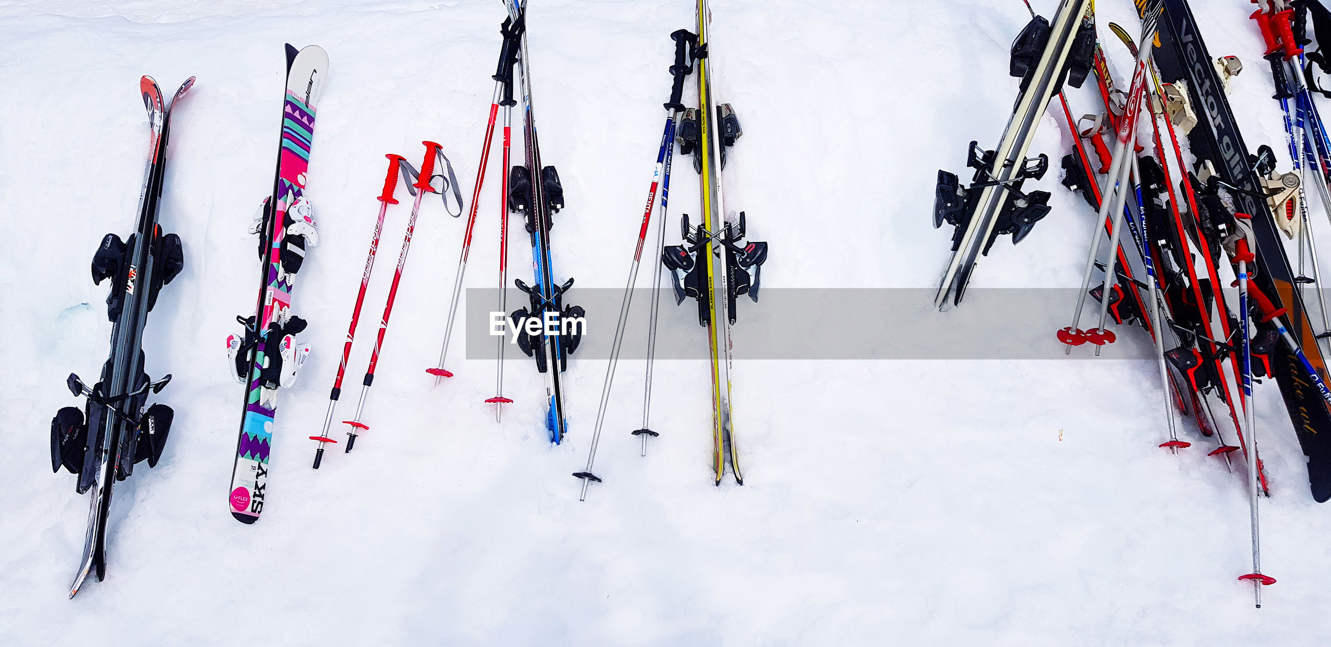 HIGH ANGLE VIEW OF PEOPLE SKIING ON SNOW FIELD