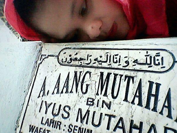Setiap pulang Tasikmalaya selalu nyempetin beresin makamnya papa ❤❤❤