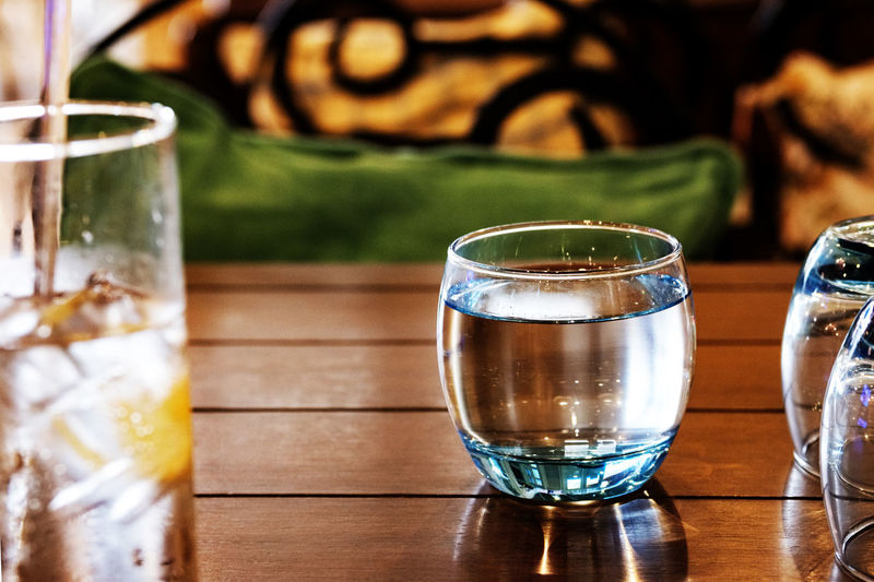 Glass Full Glassware Reflection StillLifePhotography Cosy Light Water Shot Glass Alcohol Drink Tequila - Drink Drinking Glass Table Liqueur Whiskey Close-up Half Full Crystal Glassware Tonic Water Purified Water Carbonated Drinking Water Cold Drink Clear Aperitif