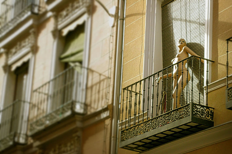 Architecture Balcony Day Fine Art Photography Lookingup Lookup Low Angle View Maniquie Maniquí No People She Showcase July Woman Body Home Is Where The Art Is TakeoverContrast Embrace Urban Life Mannequin Naked_art Finding New Frontiers Art Is Everywhere