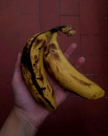 Fruit Banana Healthy Eating Yellow Banana Peel Food Indoors  No People Freshness Day Delicious Human Hand Beautiful