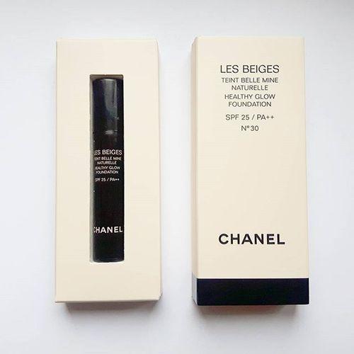 Aktuell in der Glamour 😊 Für mich leider leider viel zu dunkel, aber sie riecht unglaublich gut 😳😍 Aber zur Dekoration darf sie sich zu dem Lippenstift, der vor einiger Zeit erhältlich war, gesellen. 😃 Das Wochenende ist schon wieder fast rum, gestern schöner Sonnenschein und heute grau, nass, kalt - Als würde das nicht ins Bett einladen 😃 Macht es euch schön 😘 Weekend Chanel Lesbeiges Glamour Extra Makeup Foundation Deko Blasdnase