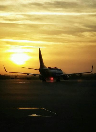 into the sunrise Sunrise Airplane Planes Morning Rituals Silhouette Awesomness ImTheShit