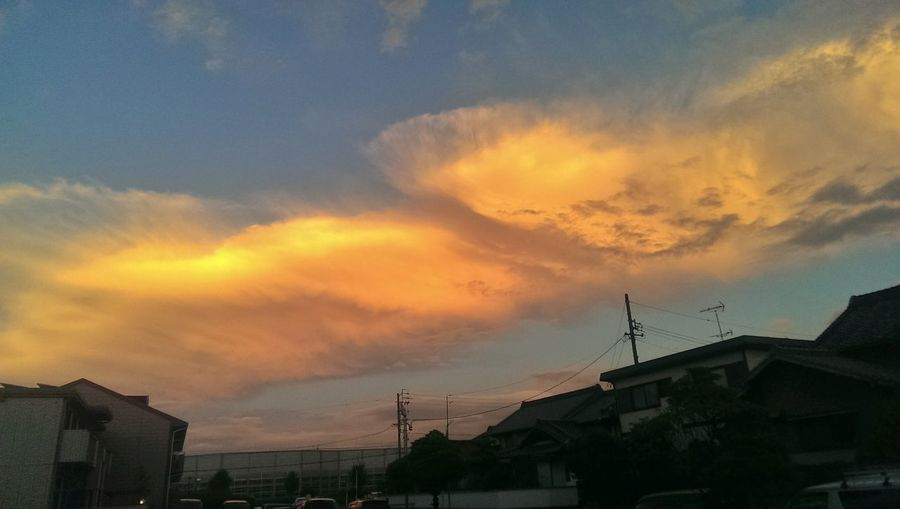 Gorgeous cloudy sky.... And i forgot my canon!! >.<* Guess my HTC One will suffice... Sunset Enjoying Life Colourful Clouds
