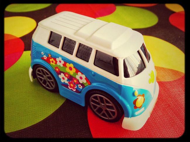 Una Scooby furgoneta moderna. Vans Flower Power