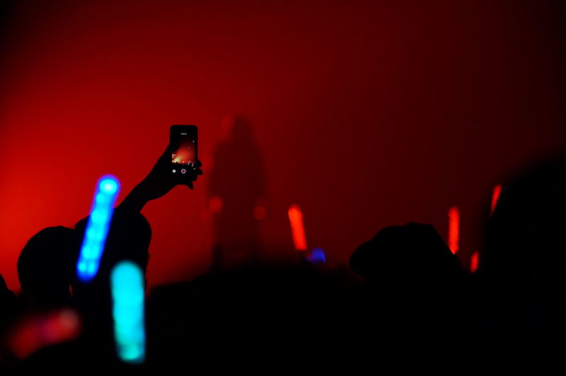 這樣太危險... G.U.T.S Show Smart Phone Music Nightlife People Indoors  Taiwan Street Photography Enjoying Life EyeEmBestPics Streetphotography Day Eye4photography  Night Lights Life Light And Shadow Taipei