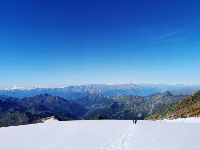 Inizia dopo grandi emozioni la discesa a valle. Glacier Mountain Snow Cold Temperature Winter Full Length Snowcapped Mountain Deep Snow