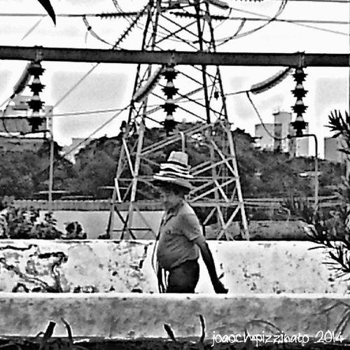 Quer comprar um chapéu? Want to buy a hat? Streetphotography Streetpeople Hat Blackandwhite hdr city zonasul saopaulo brasil photography nasruasdesaopaulo saopaulowalk saopaulotudodebom amorpaulistanobw