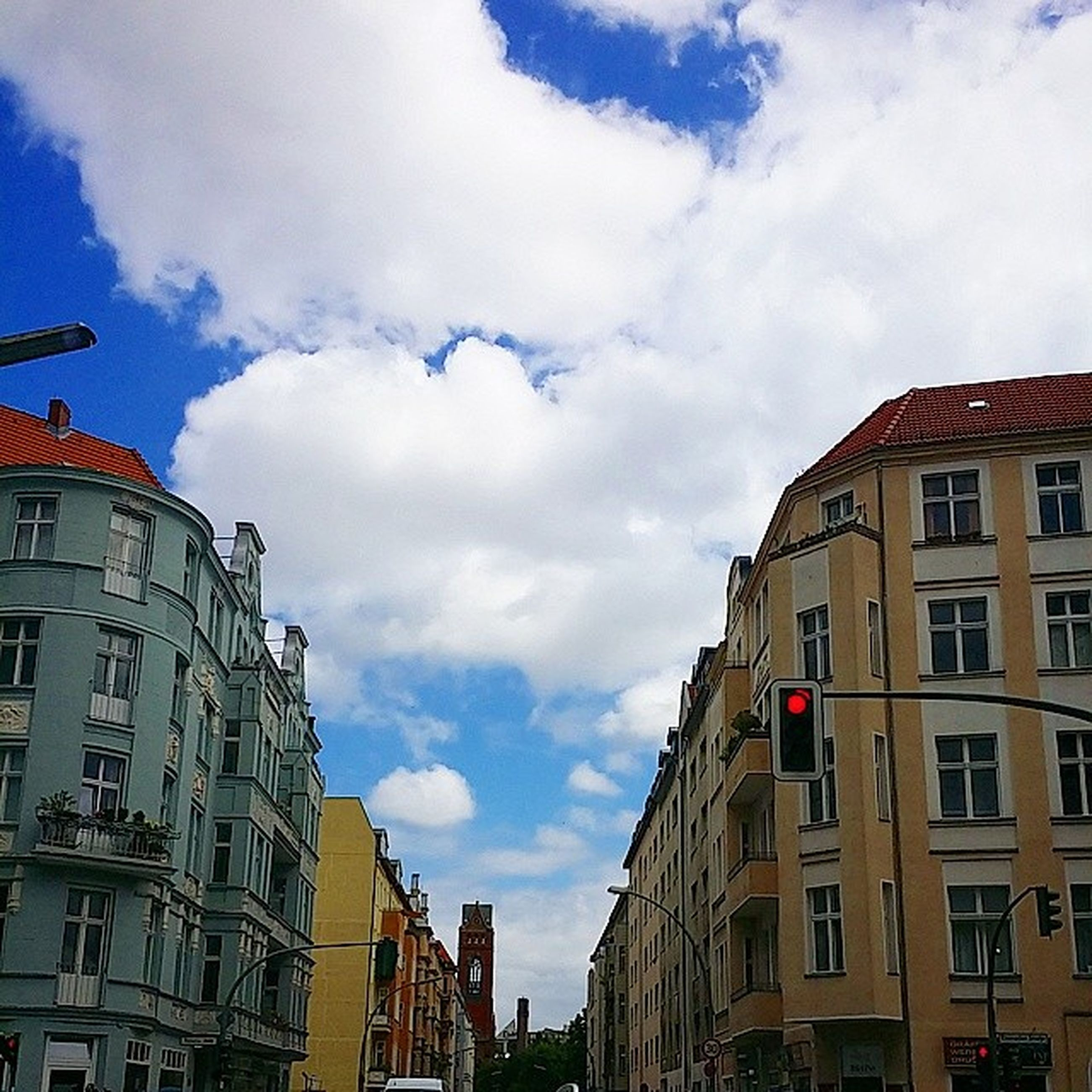 building exterior, architecture, built structure, sky, cloud - sky, low angle view, residential building, residential structure, cloudy, city, building, cloud, window, day, outdoors, house, residential district, city life, no people, overcast