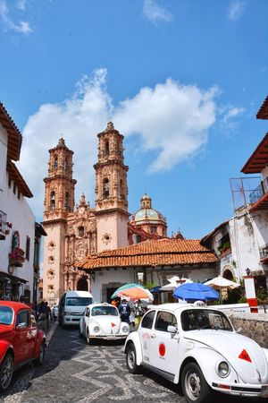 I found the real home of the beetle; Taxco, México. Architecture History Mexico Taxco  Taxco De Alarcón Town Beetle Beetle Car Car Old Car Vintage Cars Tourist Attraction  Church Small Town Stories Travel Traveling In Mexico Taxi Public Transportation Third World Country This Is Latin America