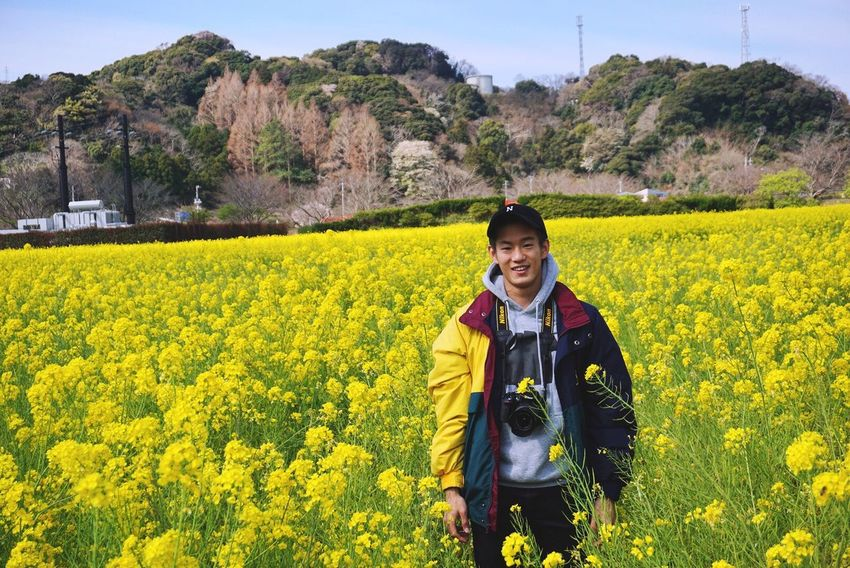 EyeEm Best Shots Flower Yellow Flower Real People Yellow Smile Smile ✌ Lifestyles Looking At Camera Smiling Like4like One Person Young Adult Nature Beauty In Nature Scenics Men Field Outdoors Good (null) Love ♥ EyeEm Bestoftheday Followme
