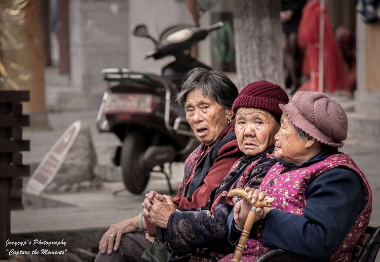 China - Lijiang old ancient street - The 3 little old ladies People Old People Streetphotography China Lijiang_Yunnan_China Ancient Street Traveling In China China Photos Old Ladies Canon